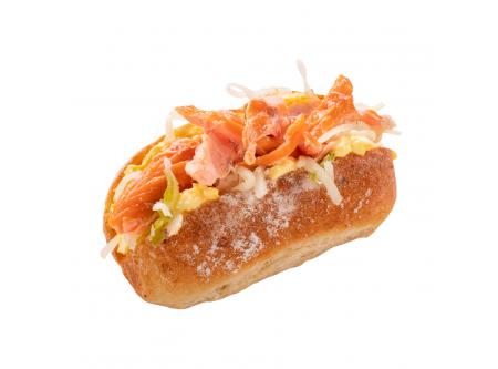 """MINI HOT DOG """"Pulled Salmon"""", mit Ei-Aufstrich, Weißkrautsalat und geräuchertem Lachsfleisch"""